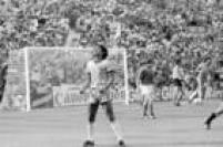O jogador Eder,do Brasil, vibra com o gol do companheiro Falcão, na partida contra a Itália no naa Copa do Mundo realizada na Espanha, 05/7/1982. O Brasil foi derrotado pela Itália por 3 a 2 e foi eleiminado da Copa.