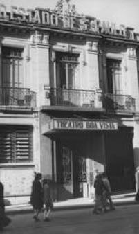 Fachada do Teatro Boa Vista, com o letreiro do jornal O Estado de S.Paulo logo acima.  O teatro, fundado pelo jornal, oocupava o mesmo prédio das instalações do grupo jornalístico.