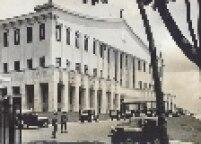 Novas viaturas da polícia do estado desfilam no Palácio dos Bandeirantes em 1970.