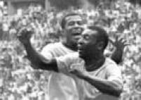O jogador Jairzinho corre para abraçar Pelé, que comemora o primeiro gol do Brasil contra a Itália, na partida final da Copa do Mundo no México, 21/6/1970.