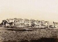 Praça da República em 1894, vista a partir das imediações da Rua Barão de Itapetininga em direção à Rua Marquês de Itu. No plano médio, o prédio da Escola Normal, inaugurado em 1894.