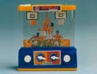 <a href='http://acervo.estadao.com.br/procura/#!/aquaplay|||/Acervo///1/1980|1990/' target='_blank'>Aquaplay</a>, um brinquedo de plástico cheio de água, dois botões e diferentes versões: basquete, futebol, sapinho. Foto 1986