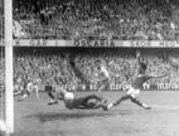 O craque Vavá marca um gol durante partida entre o Brasil e a Suécia, válida pela final da Copa do Mundo de Futebol, 29/6/1958. A venceu por 5 a 2, tornando-se campeã mundial pela primeira vez.
