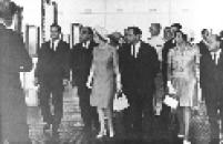 O prefeito de São Paulo, José Vicente Faria Lima e a Rainha da Inglaterra, Elizabeth II durante a inauguração da nova sede do MASP, na Avenida Paulista.
