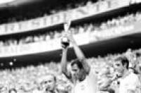O capitão da Seleção Brasileira, Carlos Alberto Torres, levanta a Taça Jules Rimet, enquanto é observado pelo companheiro Piazza , após o time derrotar a Itália por 4 a 1 no estádio Azteca, na Cidade do México, durante o Campeonato Mundial de Futebol, 21/6/1970.