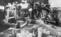 O Largo da Memória ganhou um póritco de granitocom azulejos e um novo chafariz
