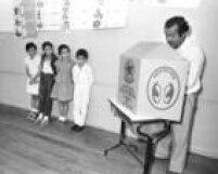 Observado pelos filhos,José Vasconcelos Calado<a href='http://https://acervo.estadao.com.br/pagina/#!/19891116-35198-nac-0001-999-1-not' target='_blank'>vota para presidente em 1989</a>. Foto: Edu Garcia/Estadão - 15/11/1989