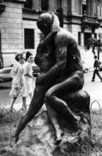 """Estátua """"Idílio"""", ou """"Beijo Eterno"""", na frente da Faculdade de Direito do Largo São Francisco, 1967"""