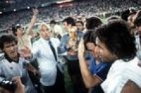 Claudio Scirea, o técnico Enzo Bearzot, Dino Zoff, Giampiero Marini e Antonio Cabrini comemoram com a taça a conquista do tricampeonato mundial pela Itália, depois que dos italianos vencerem a Alemanha Ocidental por 3 a 1 na final da Campeonato Mundial de Futebol na Espanha, no Estádio Santiago Bernabeu, em Madri, 11/7/1982.