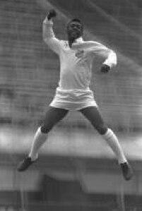 """O jogador Pelé dá""""um socono ar"""", gesto utilizado por ele ao marcar gol, durante ensaio fotográfico realizado no estádio do Pacaembu, na zona Oeste, na cidade de São Paulo, SP, 20/11/1969."""