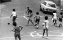 Meninos jogam futebol em rua fechada aos domingos, em 15/3/1976