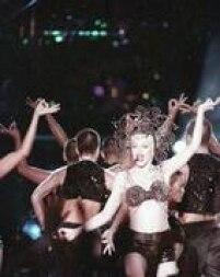 Brilho, pedraria, cetim e todo luxo que os figurinos da Madonna sempre apresentam.
