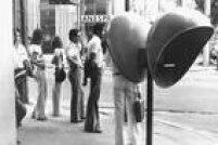 Antes do telefone celular,<a href='http://acervo.estadao.com.br/noticias/acervo,fotos-historicas-fila-em-orelhao,11344,0.htm' target='_blank'>fila para usar orelhão</a>era rotina
