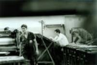 O censor Francisco Braga revisa textos na sede do jornal em 1973.Os censoresenviados para o jornal na noite do AI-5 permaneceram na redação durante algumas semanase depois o controle voltou a ser feito por meio de telefonemas e bilhetes
