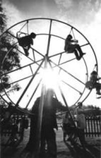 Na foto de 1968, a atração do parque de diversões na<a href='http://acervo.estadao.com.br/pagina/#!/19610528-26408-nac-0028-999-28-not/busca/Cidade+Crian%C3%A7a' target='_blank'>Cidade da Criança</a>, em São Bernardo do Campo