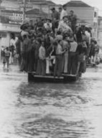 Populares se aglomeram em caminhão durante enchente na região central de São Paulo em fevereiro de 1980.