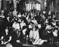 Mulheres se reúnem na Associação Cristã de Moços para costurar para as tropas constitucionalistas. Imagem publicada noSuplemento Rotogravura de14/9/1932