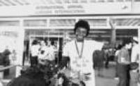 A atleta brasileira Conceição Geremias chega no Aeroporto de Guarulhos comemorando a conquista da medalha de ouro no heptatlo feminino nos Jogos Pan-americanos de 1983, realizados em Caracas, na Venezuela, 29/12/1983.