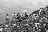 Homens caminham pelo Morro do Jaraguá. O pico do Jaraguá é o ponto culminante da cidade de São Paulo, elevando-se a uma altitude de 1.135 metros.