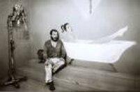 Alex Vallauri acompanha o banho da Rainha na instalação da Bienal em 1985.