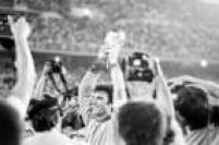 O goleiro italiano Dino Zoff ergue a taça comemorando a conquista do tricampeonato contra a Alemanha, no Estádio Santiago Bernabeu, em Madri pela Copa do Mundo na Espanha, 11/7/1982.