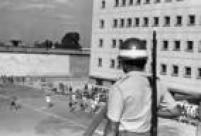Guarda vigia detentos jogando futebolna<a href='http://acervo.estadao.com.br/noticias/acervo,era-uma-vez-em-sp-penitenciaria-do-carandiru,11257,0.htm' target='_blank'>Penitenciária do Carandiru</a>em 29/6/1970