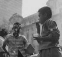 Na foto de 1961, criançasbrincam combolhas de sabão