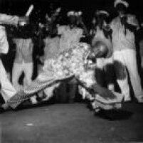Folião se diverte durante desfile no carnaval de rua de São Paulo, 1959