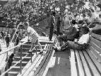 Imagem de crianças na arquibancada do Estádio do Pacaembu,23/3/1958.