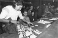 Abertura da primeira urna durante apuração dos votos do primeiro turno das eleições para o Governo de SP, 1990.