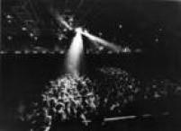 Fãs lotaram o Salão de Exposições do Anhembi para assistir ao show de Alice Cooper, São Paulo, 30/3/1974. O show teve público recorde para época. Relatos que falam em cerca de158 mil pessoas e muita confusão.