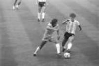 O jogador Eder, do Brasil, disputa lance com Tarantini, da Argentina, no estádio Sarriá, em Barcelona, na partida válida pela Copa do Mundo na Espanha, 02/7/1982. A Seleção Brasileira venceu o jogo por 3 a 1.
