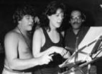 A atriz e bailarina Claudia Raia entre<a href='http://https://acervo.estadao.com.br/pagina/#!/19910223-35591-nac-0076-cd2-14-not/busca/Jorge+Fernando' target='_blank'>Jorge Fernando</a>e ZéRodrix, durante ensaio do musical<a href='http://https://acervo.estadao.com.br/pagina/#!/19910224-35592-nac-0101-cd2-1-not/busca/Jorge' target='_blank'>Não Fuja da Raia</a>, em São Paulo,SP, 08/02/1991.