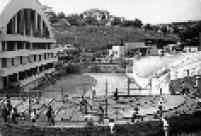 O Estádio do Pacaembu começou a ser construído em 1936, teve seu projeto modificado em 1937, e foi concluído em 1940.