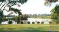Parque tem grandes áreas gramadas para passear e relaxar