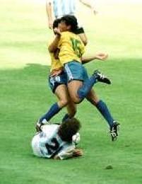 Os jogadores brasileiros Careca (à esquerda) e Müller (à direita) se chocamao disputar a bola no jogo contra a Argentina, 24/6/1990. A partida, válido pelas oitavas de final, terminou com vitória argentina de 1 a 0 sobre o Brasil e eliminou a Seleção Brasileira do Mundial.