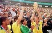 O craque Romário observa o capitão Dunga levantar a taça após a conquista do tetracampeonato na Copa do Mundo, 17/7/1994. A Seleção Brasileira derrotou ada Itália nos pênaltis no Rose Bowl Stadium em Pasadena, na Califórnia, Estados Unidos.