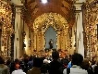 Fiéis no interior da igreja de Santo Antônio no centro de São Paulo, durante missa em celebração ao dia do padroeiro. Existe o costume de distribuir pães bentos durante a cerimônia.