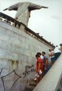 Em novembro de 1990 dois jovens menores de idade picharam<a href='http://acervo.estadao.com.br/pagina/#!/19911118-35824-nac-0013-cid-1-not/busca/Cristo+Redentor' target='_blank'>a estátua do Cristo Redentor no Rio de Janeiro</a>.