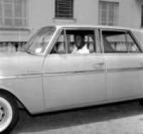 O jogador de futebol Pelérecebe de presente um automóvel modelo Aero Willys,São Paulo, SP. 20/01/1963.