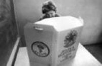 Mulher vota em diretório do MDB durante convenção do partido, em São Paulo, 1975.
