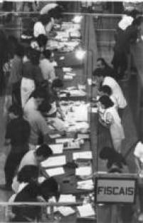 Fiscais trabalham nas seções de apuração devotos das eleições de 1990.