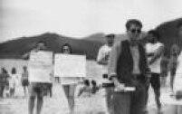 <a href='http://acervo.estadao.com.br/pagina/#!/19880621-34760-nac-0055-cd2-7-not/busca/GABEIRA+Gabeira' target='_blank'>Fernando Gabeira</a>participa de protesto ecológico contra aPetrobrás, Rio de Janeiro,20/6/1988