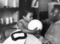 <a href='http://acervo.estadao.com.br/noticias/personalidades,pele,574,0.htm' target='_blank'>Pelé</a>brinca com asua filha Kelly Cristina, 22/11/1969