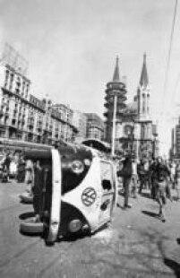 Estudantesentram em confronto com a polícia edepredam uma Kombientram em confronto com a polícia, em 03/10/1968, no que ficou conhecido como B<a href='http://acervo.estadao.com.br/noticias/acervo,maria-antonia-duas-historias-no-mesmo-angulo,9305,0.htm' target='_blank'>atalha da Maria Antônia</a>