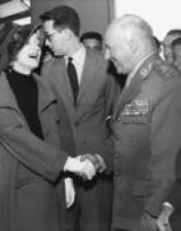 A atriz e cantora Marlene Dietrich cumprimenta o marechal Teixeira Lott ao desembarcar no aeroporto do Galeão, Rio de Janeiro, R.J., 24/7/1959.
