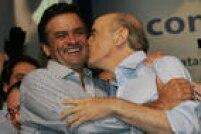 José Serra beija o colega Aécio Neves, ambos do PSDB, no lançamento da pré-candidatura de Serra à Presidência da República, durante encontro nacional que reuniu os partidos do PSDB, DEM e PPS, no auditório do Centro de Convenções Brasil 21, em Brasília, DF. 10/04/2010.