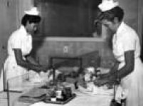 Enfermeiras cuidam de bebês no berçário da Maternidade São Paulo, em 22/12/1955 .
