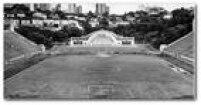 Jogos de futebol e sinfonias de música clássica, graças à sua charmosa<a href='http://acervo.estadao.com.br/noticias/acervo,era-uma-vez-em-spconcha-acustica-do-pacaembu,11200,0.htm' target='_blank'></a><a href='http://acervo.estadao.com.br/noticias/acervo,era-uma-vez-em-spconcha-acustica-do-pacaembu,11200,0.htm' target='_blank'>Concha Acústica</a>o<a href='http://acervo.estadao.com.br/noticias/lugares,pacaembu,8096,0.htm' target='_blank'>Estádio</a>do Pacaembuerao local certo para sediar os dois tipos de eventos