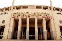 Vista da fachada do Estádio Municipal Paulo Machado de Carvalho (Pacaembu). Destaque para o relógio na parte superior da entrada.